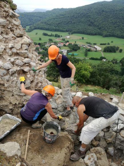 2018 : Août Stage de maçonnerie à la chaux et de taille de pierres